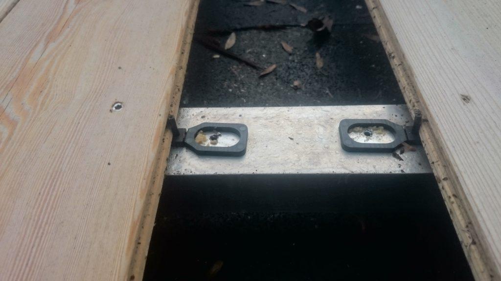 (1) Terrassendielen in Lärche mit Stauwasserbildung aufgrund unzureichender Luftzirkulation der Unterkonstruktion